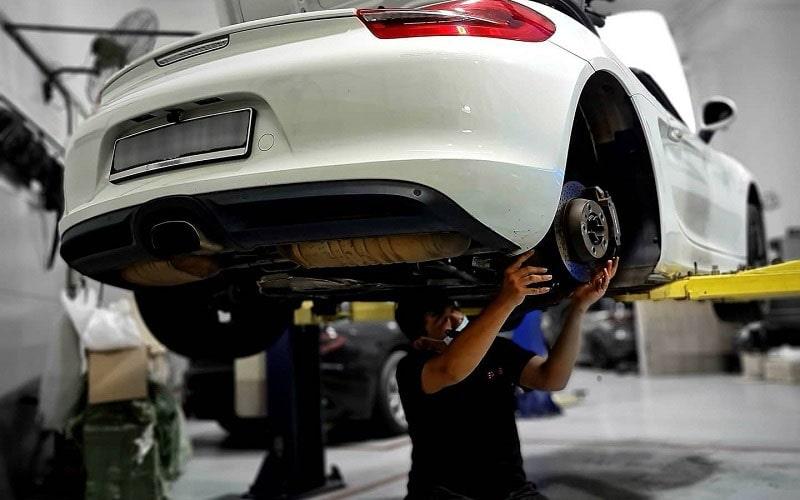 Đội ngũ kỹ thuật viên sửa chữa gầm xe ô tô chuyên nghiệp